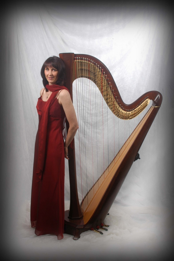 oona with harp